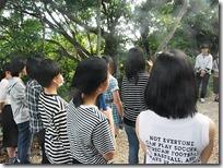轟の壕前で沖縄戦の説明