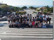 美ら海水族館に続く、メイン階段、後ろに見えるのは伊江島