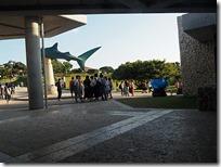 ジンベイザメの像の横を通って駐車場へへ