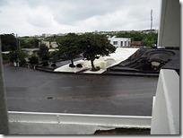 ホテル前の亀甲墓、雨が降っています