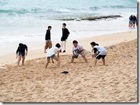 浜辺で相撲