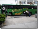 荷物を積んでバスへ