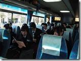 移動のバスの中でガイドさんから説明を聞きます