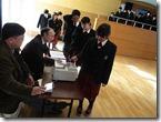 2学年は主権者教育の一環で、学年集会形式の説明会と、模擬投票が行われました。